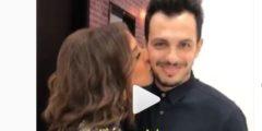 شاهد لحظة ارتباك زوج أنغام بعد تقبيلها له بشكل مفاجئ أمام الكاميرا