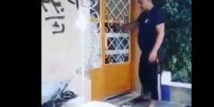 بالفيديو.. العراقي الذي طرد أمه حافية القدمين يعتذر لها ويقبل يديها ورجليها