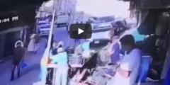 بالفيديو.. عمالة مخالفة تتهجم على مراقبي البلدية في بطحاء الرياض بالحجارة
