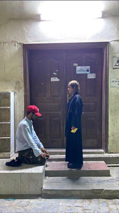 شخص يسجد لفتاة، شاب يسجد لفتاة، المسجد، الذات الالهية
