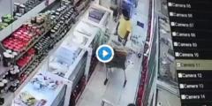 بالفيديو عامل يبصق على المنتجات داخل سوبر ماركت في المدينة، وهكذا كانت ردة فعل رجل أمن يقف بجانبه