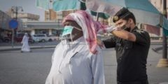 بالصور رجل أمن يساعد مواطنًا مسنًّا في ربط كمامته الطبية