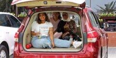 كويتيون يتناولون الطعام داخل سياراتهم بعد إغلاق المطاعم والمقاهي