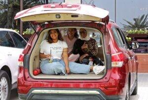 كويتيون يتناولون الطعام داخل سياراتهم