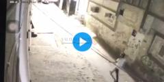 شاهد شخص يشعل النار في مسجد في حي الصالحية بالرياض