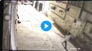 شخص يشعل النار في مسجد
